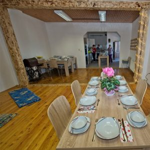 Obložena jedilna miza